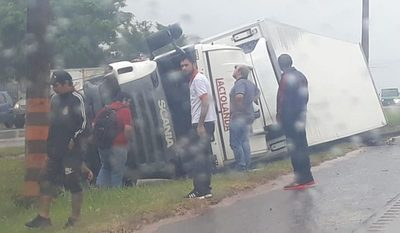 Vuelca camión de lácteos en CDE