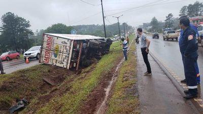 Un herido en vuelco de camión en Ciudad del Este