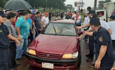 Docentes bloquearon la rotonda de km 10 exigiendo reajuste