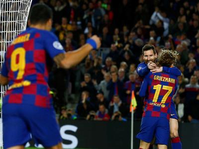 Messi y Suárez meten al Barcelona a octavos