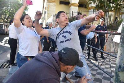 Incidentes y huevazos frente al Ministerio de Hacienda
