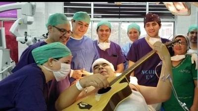 HOY / Así celebraron en IPS la exitosa primera neurocirugía a paciente estando despierto