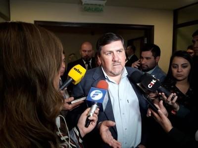 Tres senadores se equivocaron y permitieron aumento para funcionarios de la ANDE, asegura Llano
