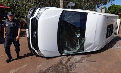 Imprudencia provoca choque y vuelco de vehículo