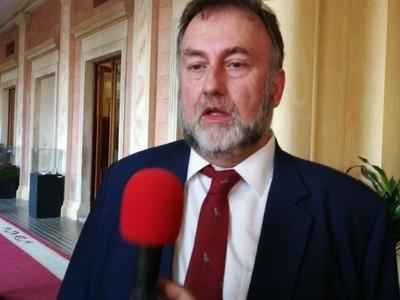Es 'una vergüenza' lo que están haciendo los sindicatos, dice ministro de Hacienda