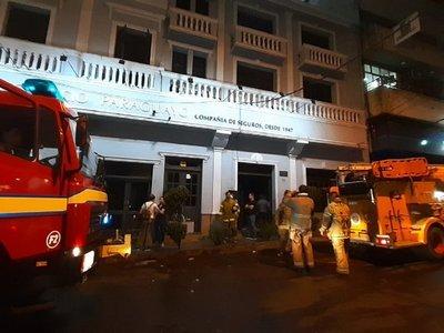 Cortocircuito en aire acondicionado causa incendio en edificio