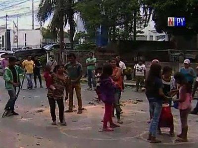 Indígenas cierran avenida Artigas reclamando asistencia