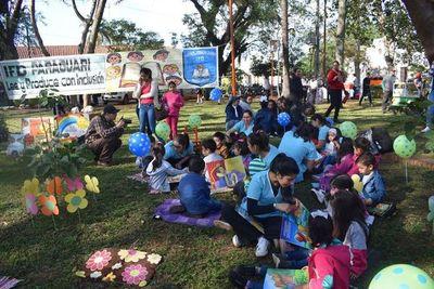 """Reconocen a 73 niños por sus """"creaciones artísticas"""" en Paraguarí"""