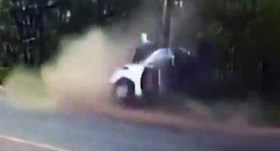 Columna parte en dos a automóvil y mata a joven