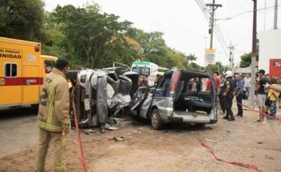 Camioneta vuelca encima de un furgón y deja 4 fallecidos