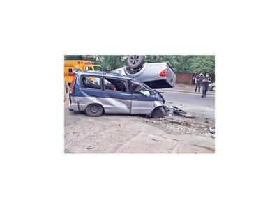 Camioneta derrapó casi 3 cuadras hasta impactar contra la furgoneta