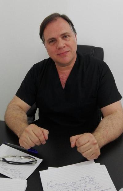 Médico argentino realiza atención médica a compatriotas.