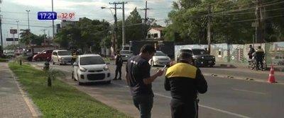 Automovilista casi arrolla a agentes de tránsito