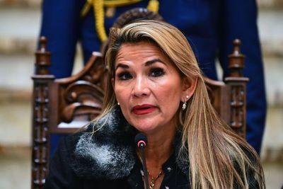 Presidenta interina de Bolivia hace los primeros ajustes en su Gobierno