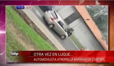 Mujer se resiste a control de tránsito y atropella a agentes en Luque