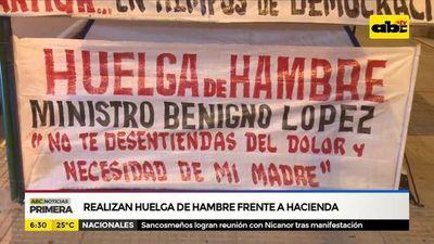 Hacen huelga de hambre frente al Ministerio de Hacienda