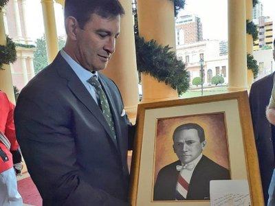 Mario Abdo obsequia retrato de Eligio Ayala a bancada del PLRA
