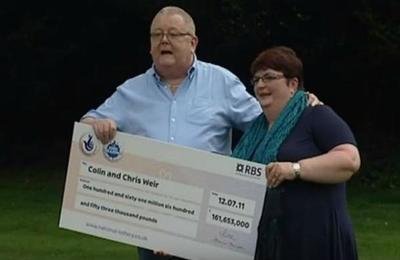 Ganó la Lotería, compró su club favorito de fútbol y lo regaló a los hinchas