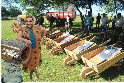 Oleros de Ñeembucú reciben carretillas de madera y redes se inundan de memes