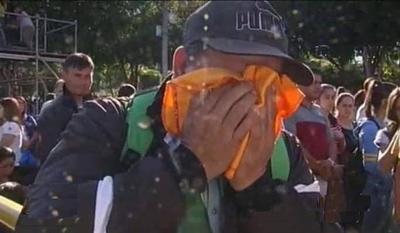 HOY / El 'labriego pobre' que lloró  e impresionó en Caacupé  acusado de ser estafador