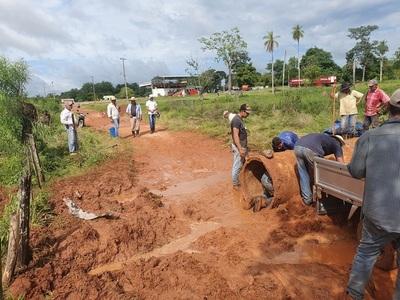 Ante desidia de autoridades, pobladores de una comunidad rural reparan su camino