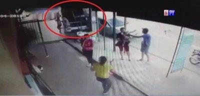 ¡Impactante! Mujer y su hijo se salvan de milagro de ser atropellados por un camión