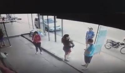 ¡Por un pelito! Varias personas se salvaron de ser arrolladas por un camión