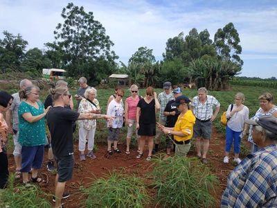 Turistas suecos quedaron sorprendidos con cultivo de mandioca