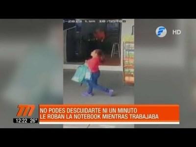 Mujer descuidista le robó la mochila en el Mercado 4