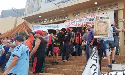 """HOY / Funcionarios festejan prisión  de intendente, pero el drama  sugue: """"Queremos cobrar"""""""