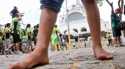 HOY / Inconsciencia de padres: niños no aguantan peregrinación y son atendidos por médicos