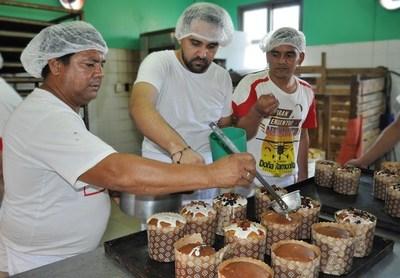 Para ayudar a sus familiares, personas privadas de libertad vender pan dulce