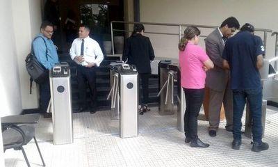 Senadores piden que funcionarios eludan control de reloj biométrico