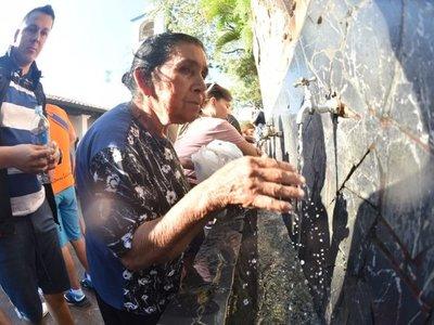 Caacupé: Peregrinos se refrescan en el Tupãsy Ykua