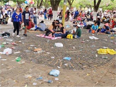 """""""Marea"""" de gente y de basura en Caacupé"""