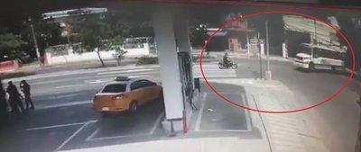 Moto y bus chocan en Asunción