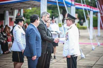 Presidente Abdo Benítez entregó bastones de mando a jefes policiales