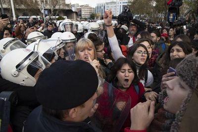 "Acusan de ofensas a feministas turcas, por cantar  ""Un violador en tu camino"""