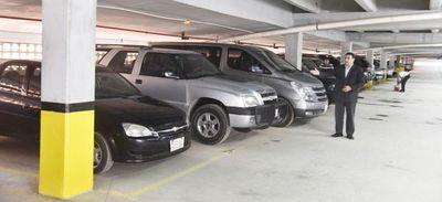 Llano remata autos y niega compra de otros