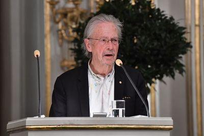 Handke dice que es difícil soportar los ataques por la concesión del Nobel