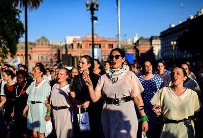 """Cientos de """"Evas y Perones"""" desfilaron en Buenos Aires"""