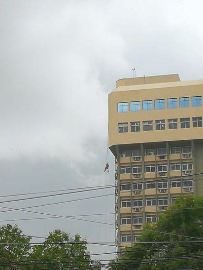 Un obrero quedó suspendido en el aire