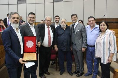 Distinguen a Humberto Rubín en la Cámara de Senadores