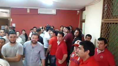 Fijan fecha de elecciones y Juventud de la ANR reacciona con golpes y encierros