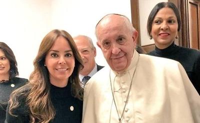 HOY / Mientras Abdo con Trump en  la Casa Blanca, la primera Dama y el Papa en el Vaticano