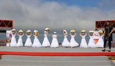 Con danza, música y fuegos artificiales inauguran escenario en la playa San José