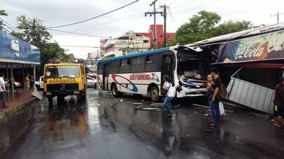 HOY / Carrera de buses terminó en choque y dejó 5 heridos