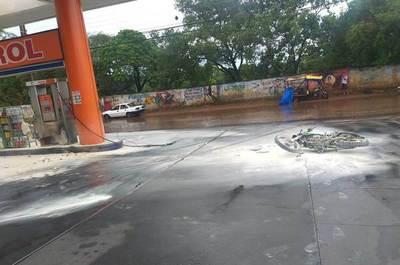 Una moto se incendia en estación de servicios •
