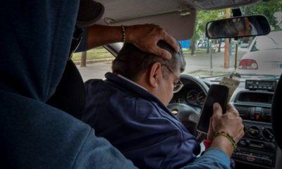 Supuestos pasajeros asaltan a taxista