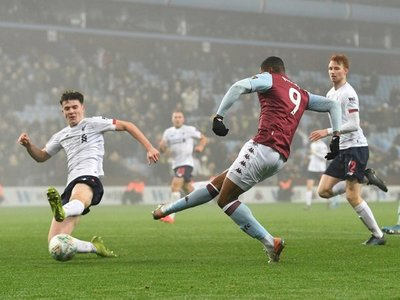El Aston Villa abusa de un Liverpool plagado de juveniles